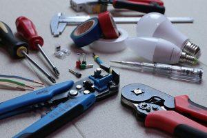 Spajkalnik spremlja tudi druga uporabna oprema za delo z elektroniko.
